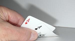 mão segurando cartas de baralho