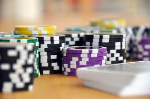 mesa com cartas e fichas de jogos de cassino